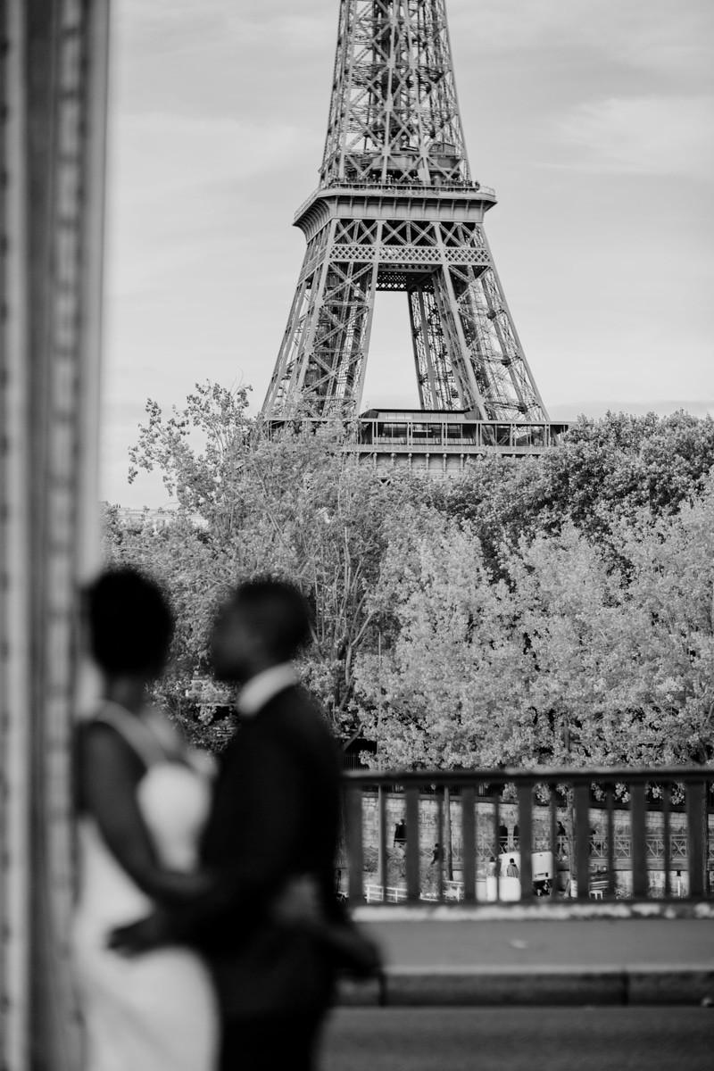 Photographe mariage Paris - couple flou et tour eiffel