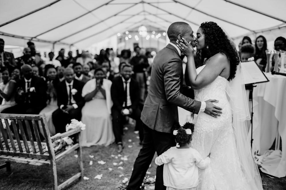 Photographe mariage Paris - Cérémonie laïque baiser des mariés