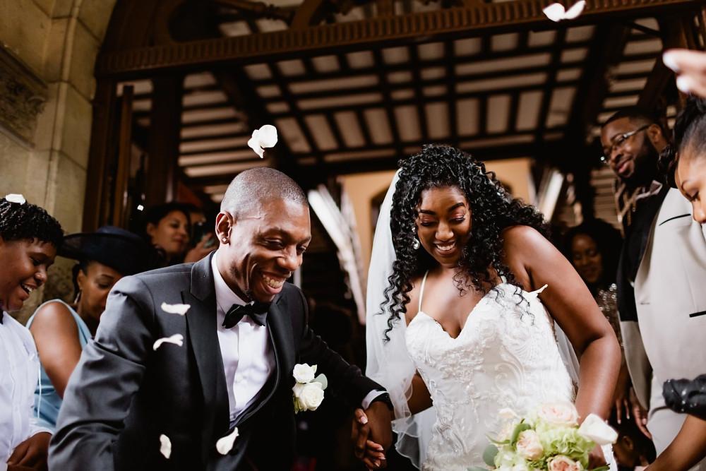 photographe mariage paris - sortie des mariés à la mairie