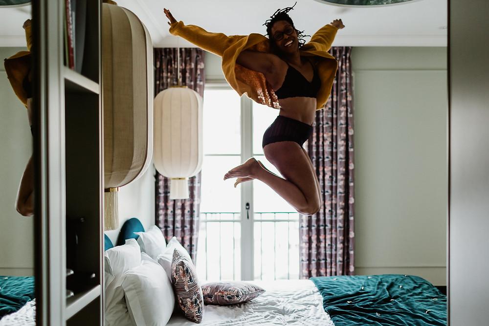 photo portrait femme paris lâcher prise saut sur le lit