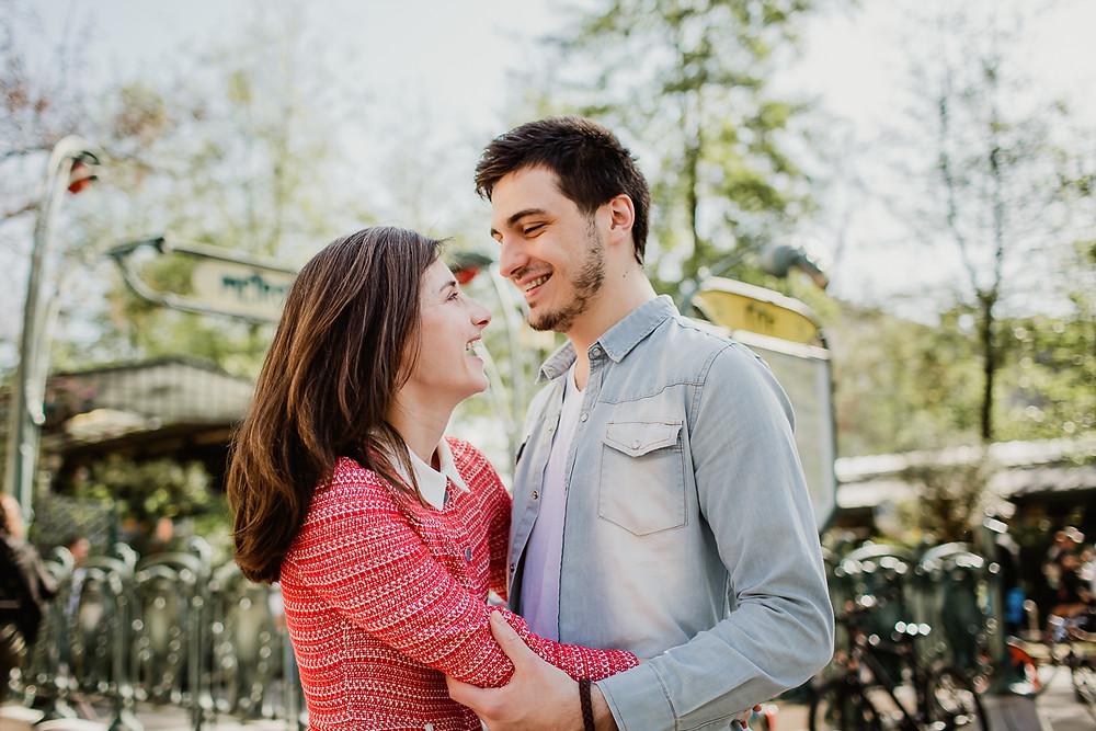 séance photo couple paris - dans les bras riant