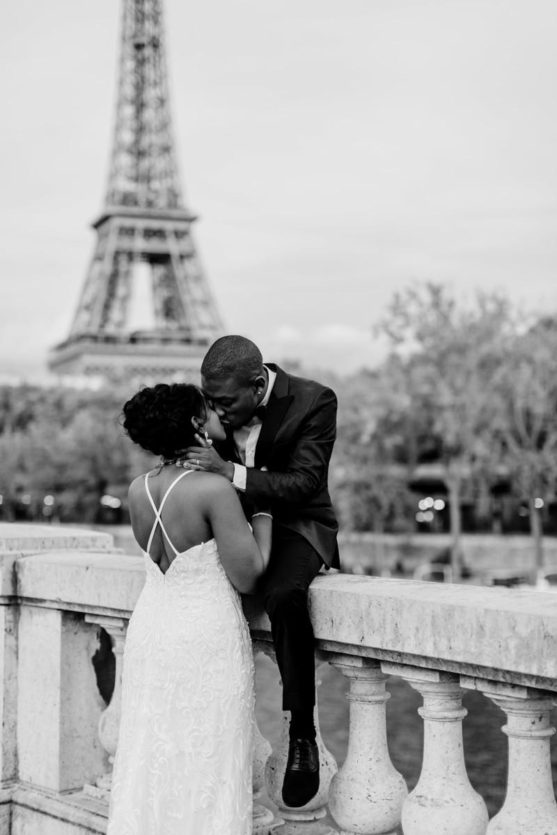 Photographe mariage Paris - portrait mariés qui s'embrassent devant la tour Eiffel