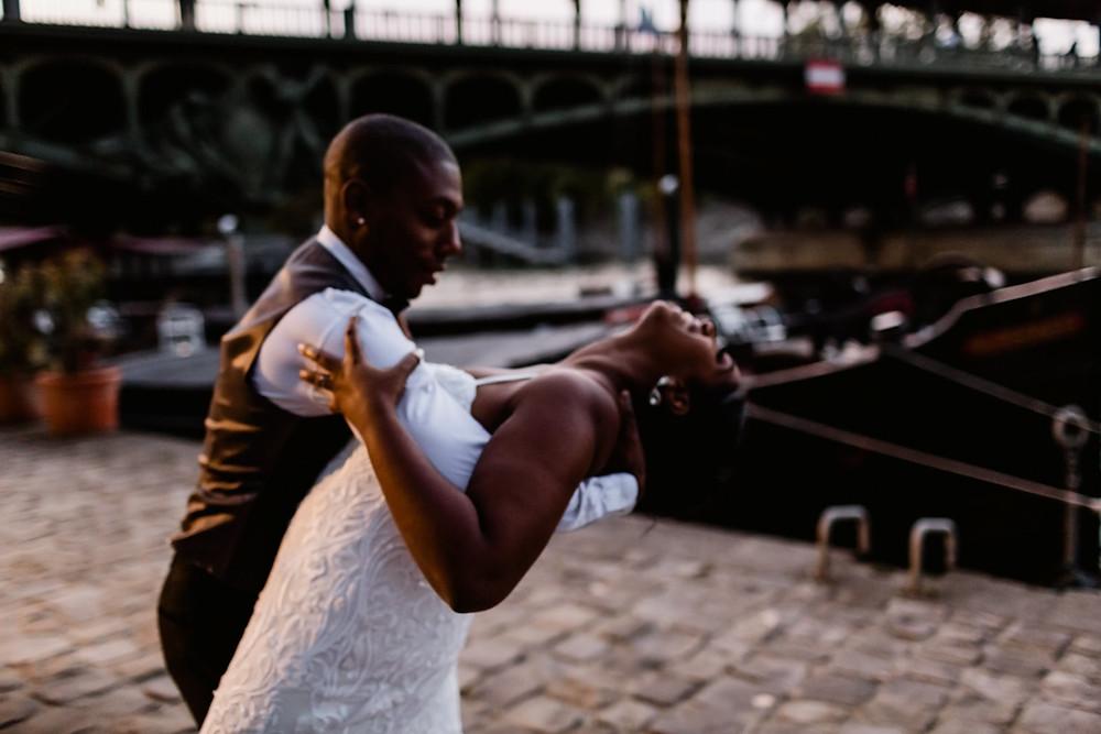 Photographe mariage Paris - les mariés dansent