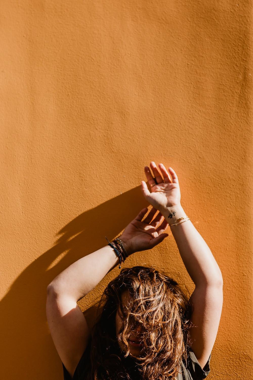 photo portrait femme paris mur jaune