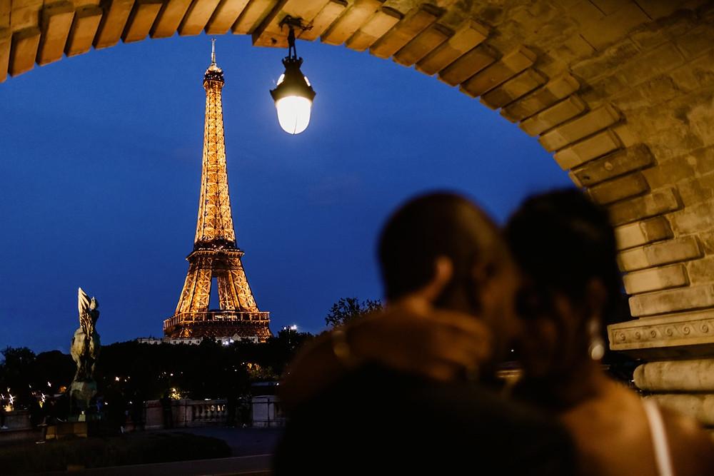 Photographe mariage Paris - portrait des mariés de nuit tour Eiffel éclairée