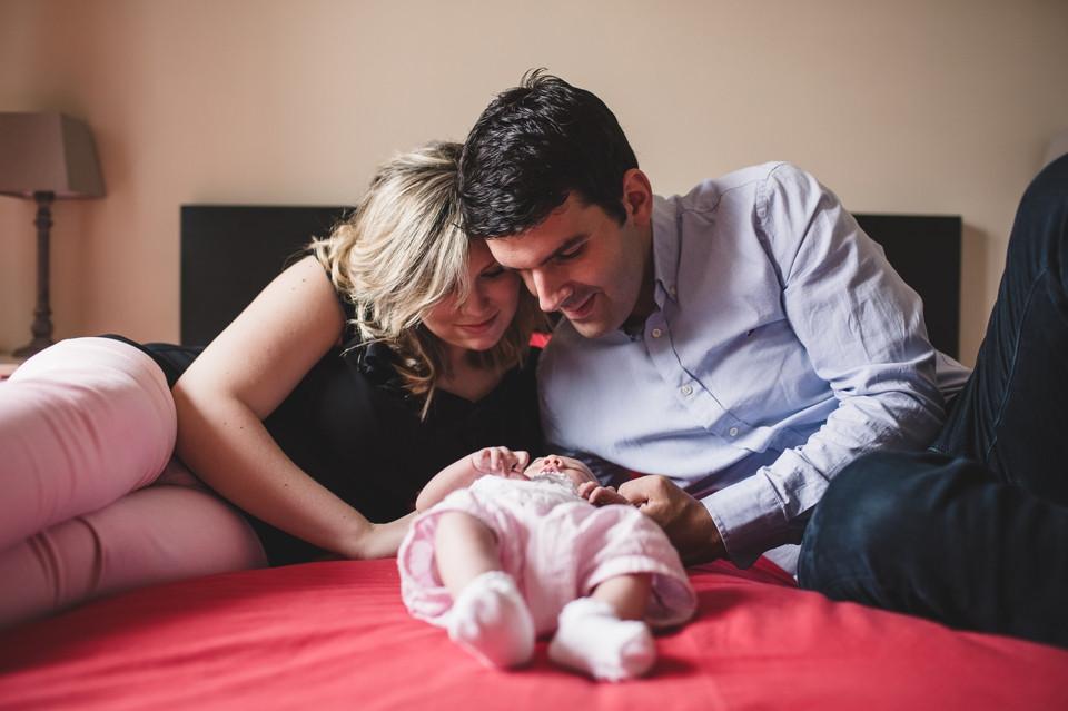 photo nouveau-né domicile 94 perreux-sur-marne sur le lit