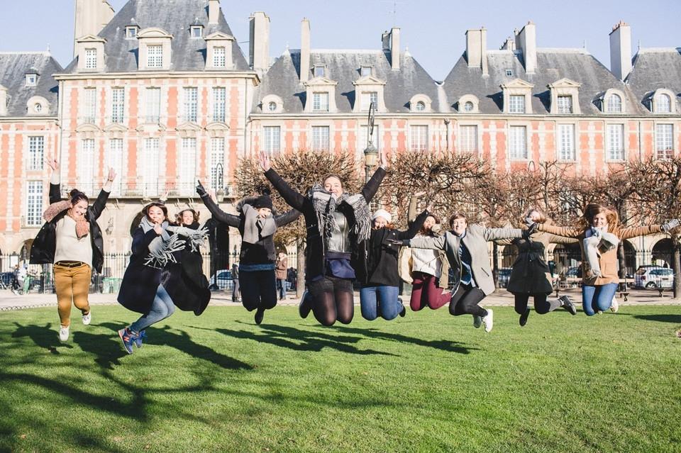 Séance photo EVJF Paris Place des Vosges saut