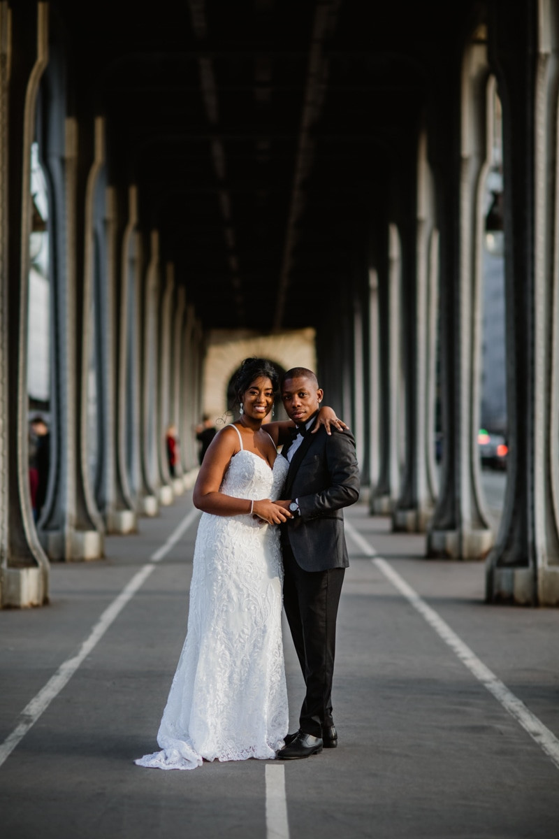 Photographe mariage Paris - couple plein pieds pont Bir Hakeim