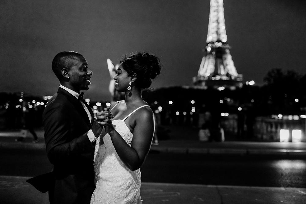 Photographe mariage Paris - portrait des mariés de nuit tour Eiffel en arrière plan