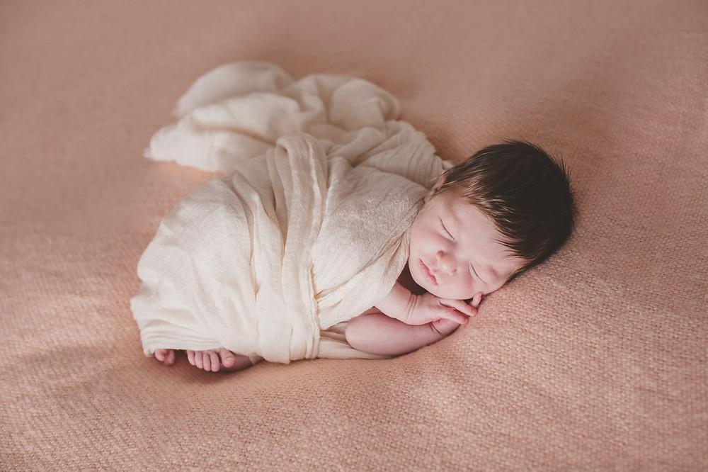 photo nouveau-né posing paris 15 naturelle épurée - photographe naissance domicile paris