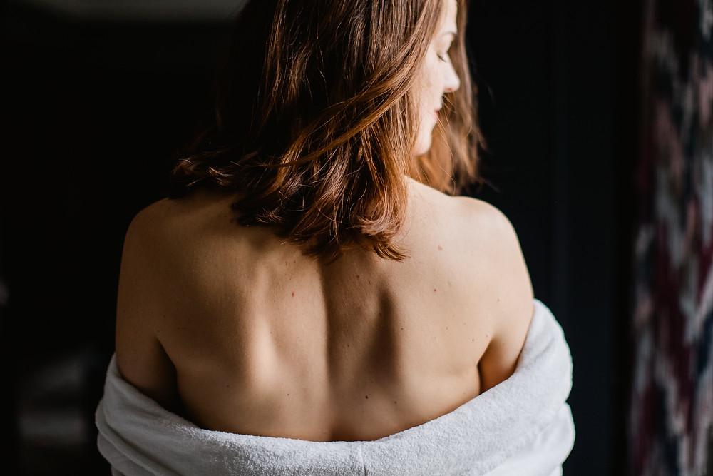 photo intime femme en peignoir - portrait doux sensuel - photographe paris