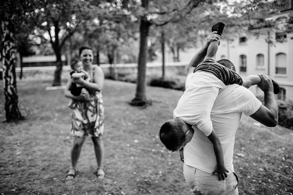 séance photo famille lifestyle extérieur - photographe 94