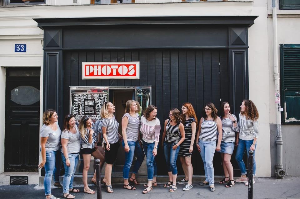 photographe EVJF Paris séance photo Montmartre groupe
