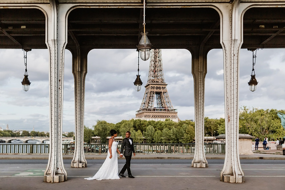 Photo mariage Paris - Couple sous le Pont Bir Hakeim
