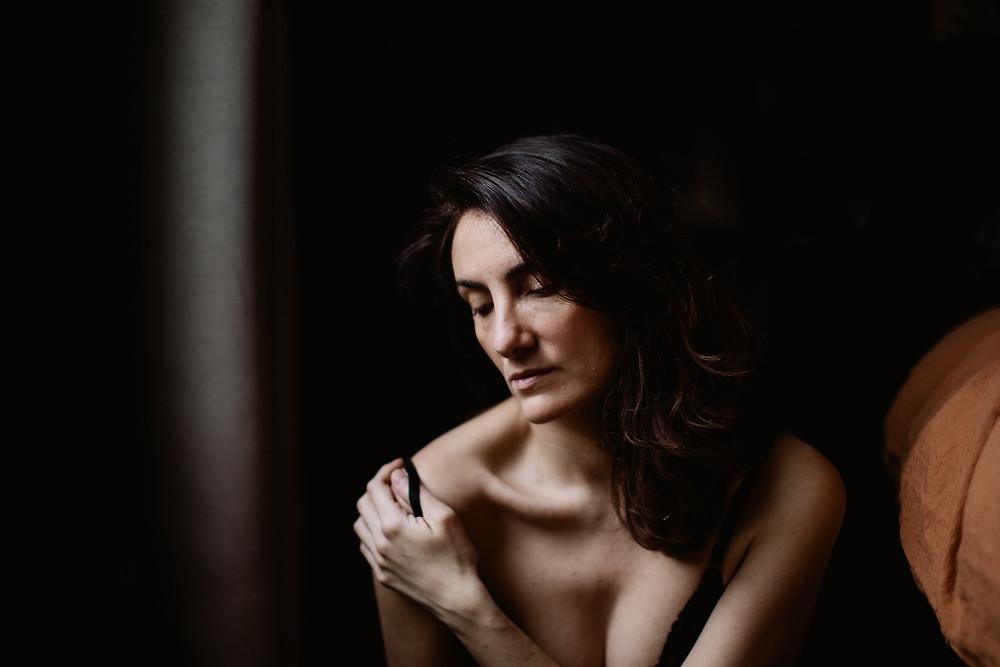 Portrait intime femme Paris - Photographe  Carole J. Photographie - Moment intime