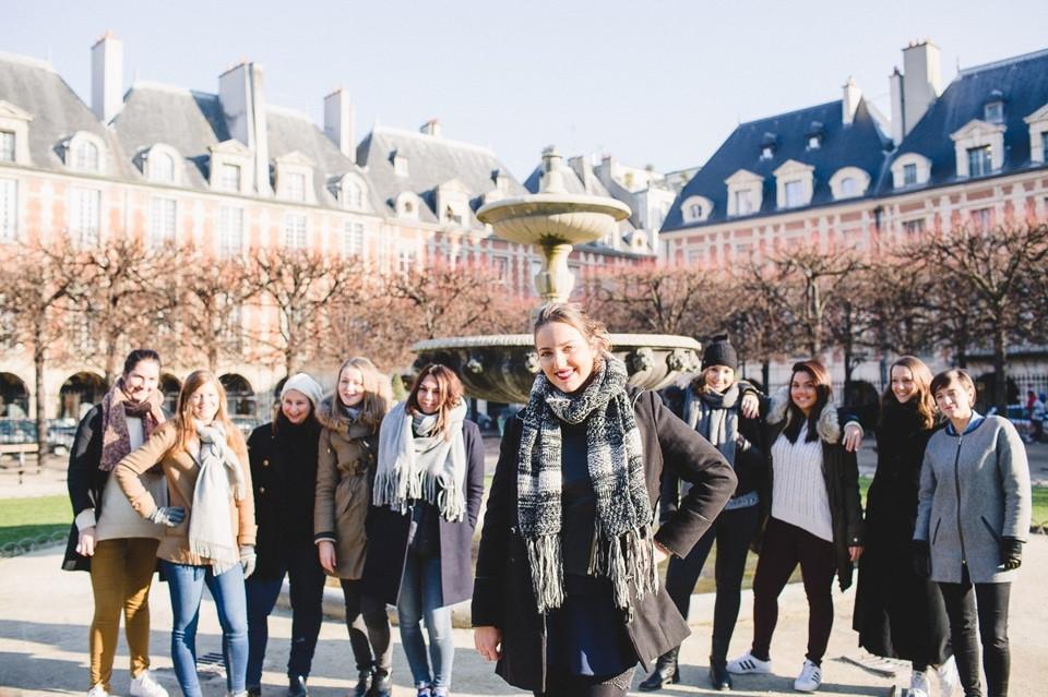 Séance photo EVJF Paris Place des Vosges groupe