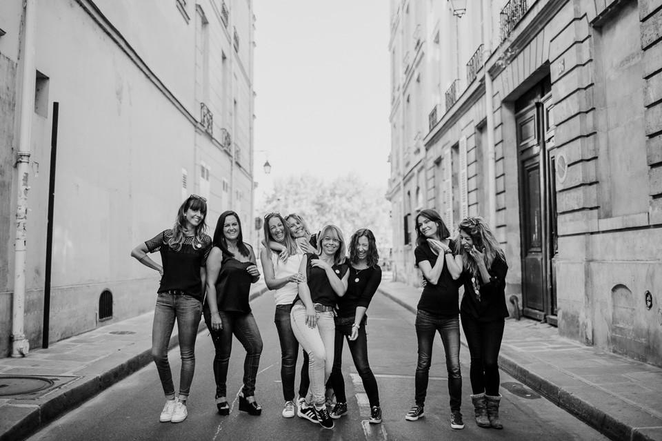 séance photo evjf paris île de la cité rire groupe
