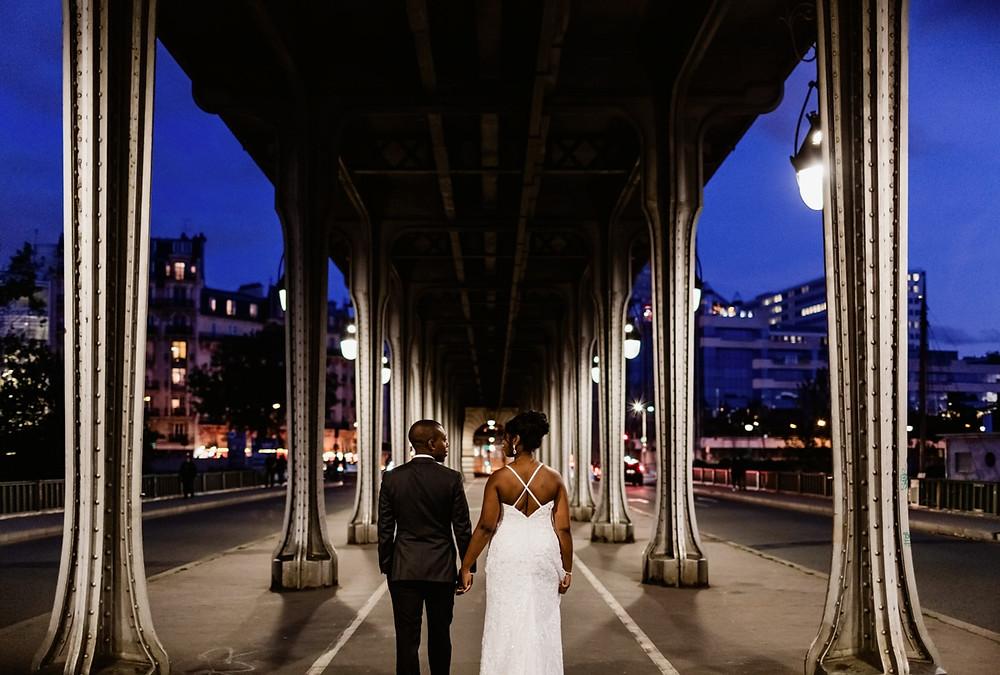 Photographe mariage Paris - mariés de dos sous le pont bir