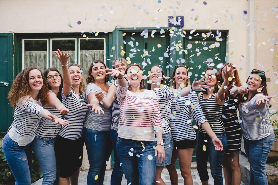photographe EVJF Paris Montmartre lancer gros confettis