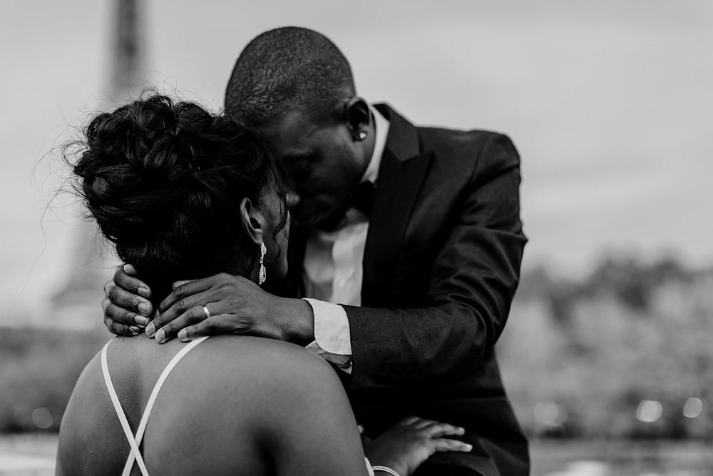 Photographe mariage Paris - portrait mariés enlacés