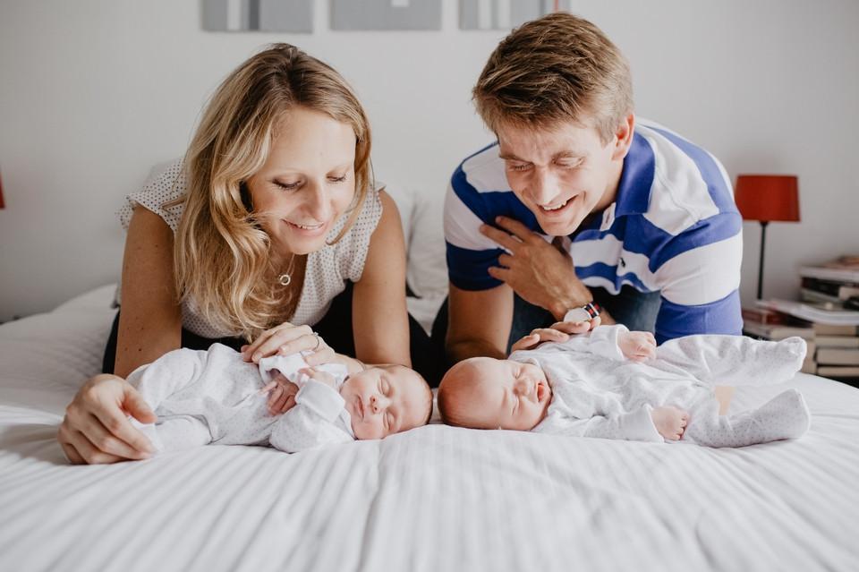 photographe nouveau-né lifestyle jumeaux à Paris - photo naissance épurée - photographe naissance Paris