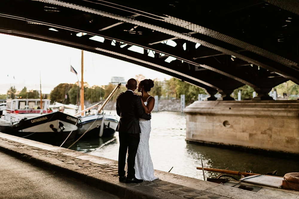 Photographe mariage Paris - portrait mariés sur les quais de Seine