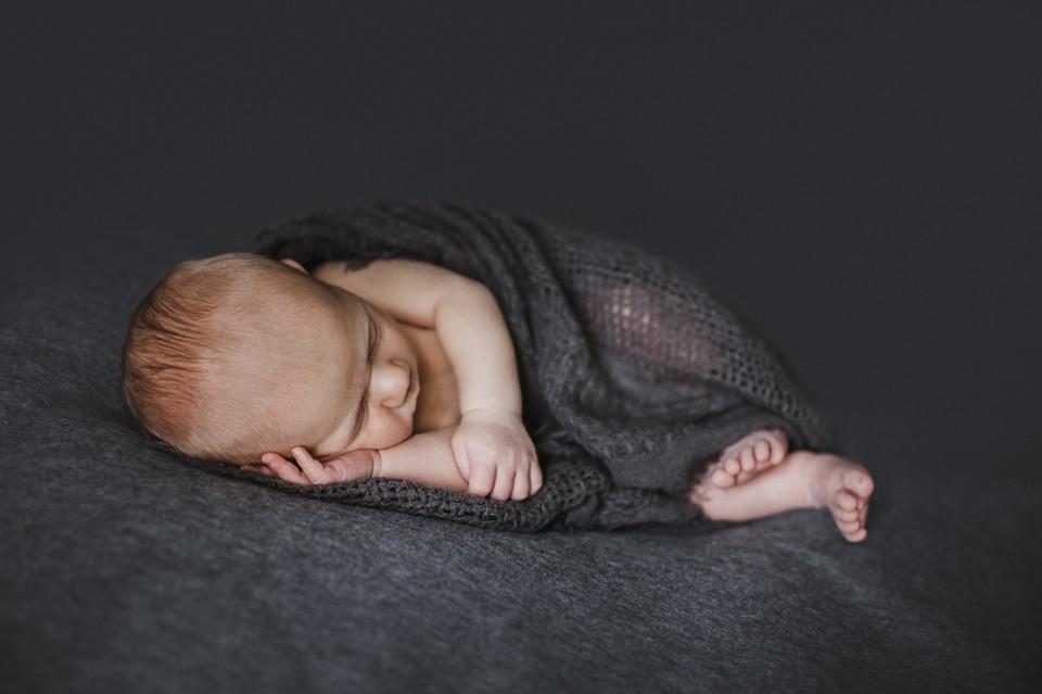 photographe nouveau-né posing Paris 12 - séance photo naissance naturelle épurée domicile