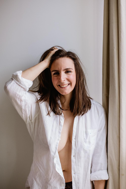 portrait intime femme paris - femme épanouie - séance photo à domicile