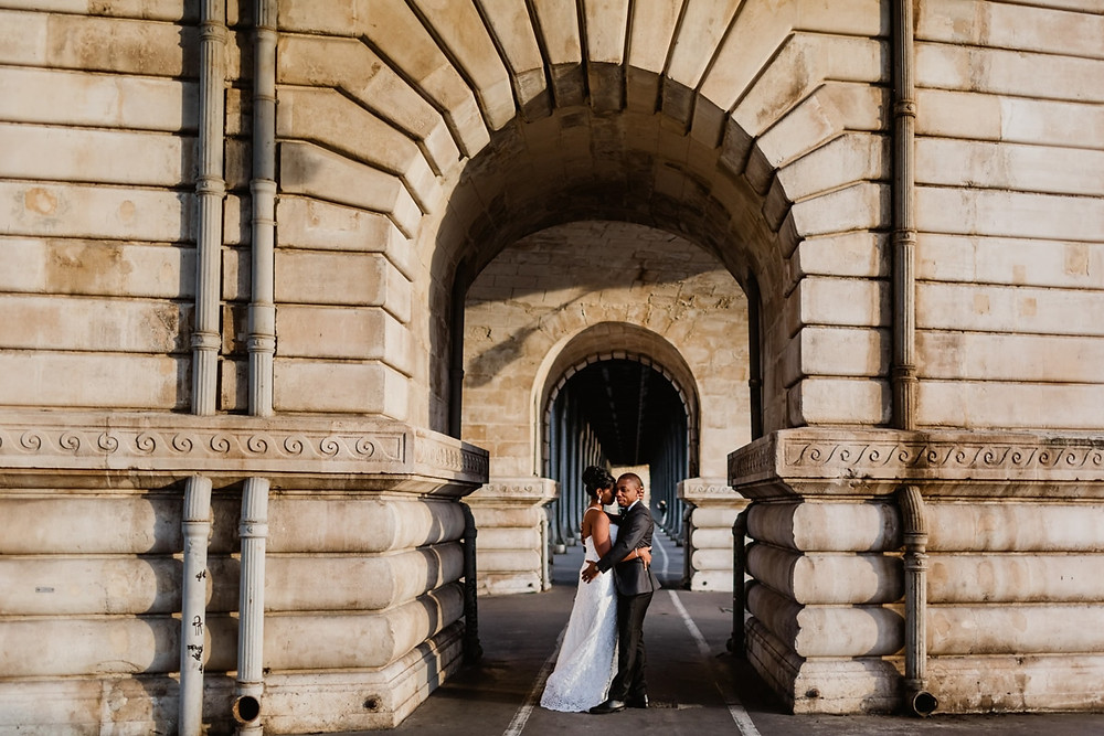 Photographe mariage Paris - couple sous arche du pont bir hakeim