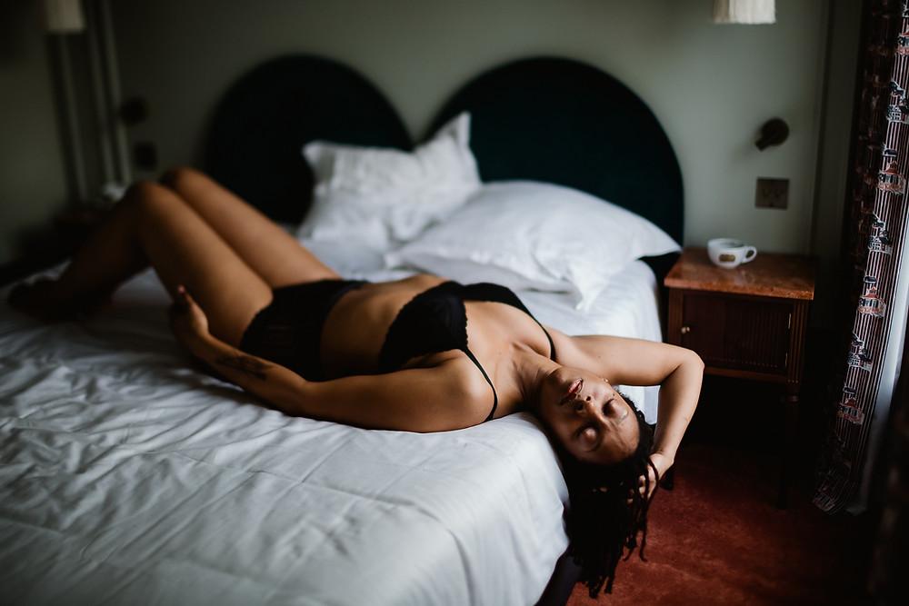 Séance photo boudoir dans un hôtel parisien