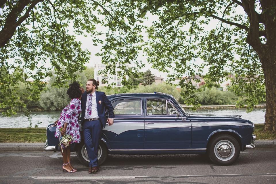 mariage intime Paris portrait mariés robe wax voiture rétro collection