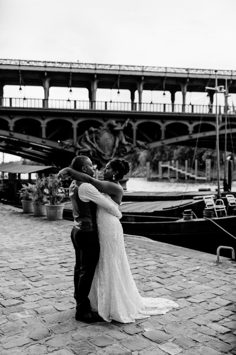 Photographe mariage Paris - les mariés sur les quais de Seine