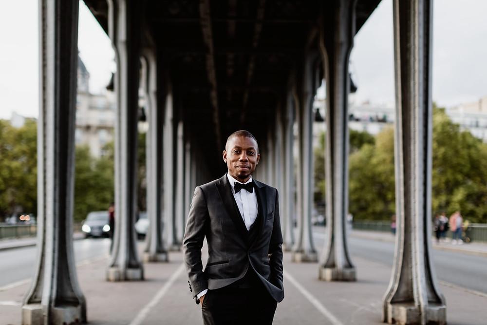 Photographe mariage Paris - portrait du marié sous le pont Bir Hakeim