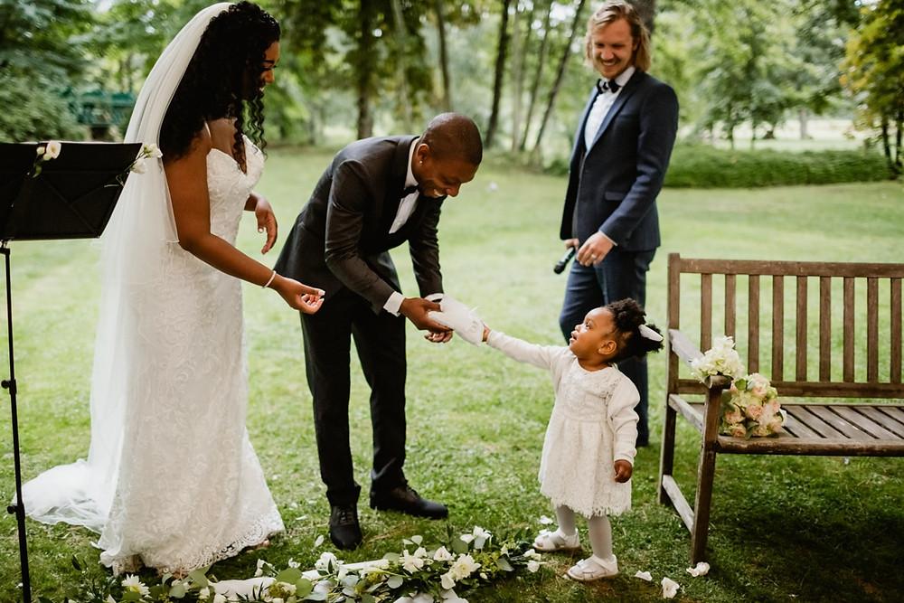 Photographe mariage Paris - Cérémonie laïque enfant apporte les alliances