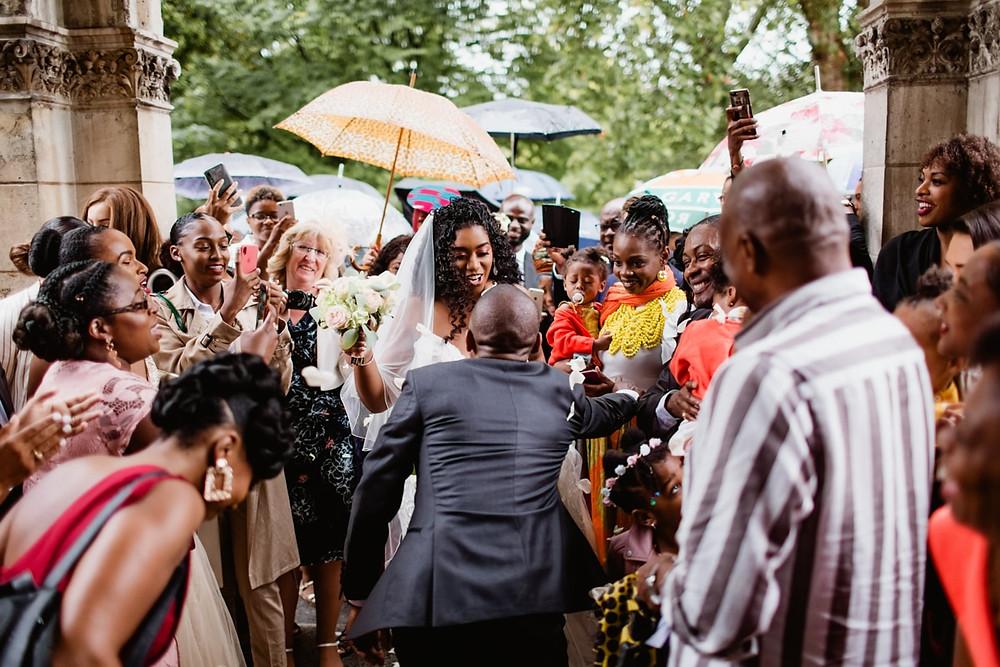 photographe mariage paris - sortie des mariés à la mairie avec leurs invités