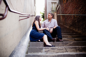 Photographe couple Paris assis sur des marches