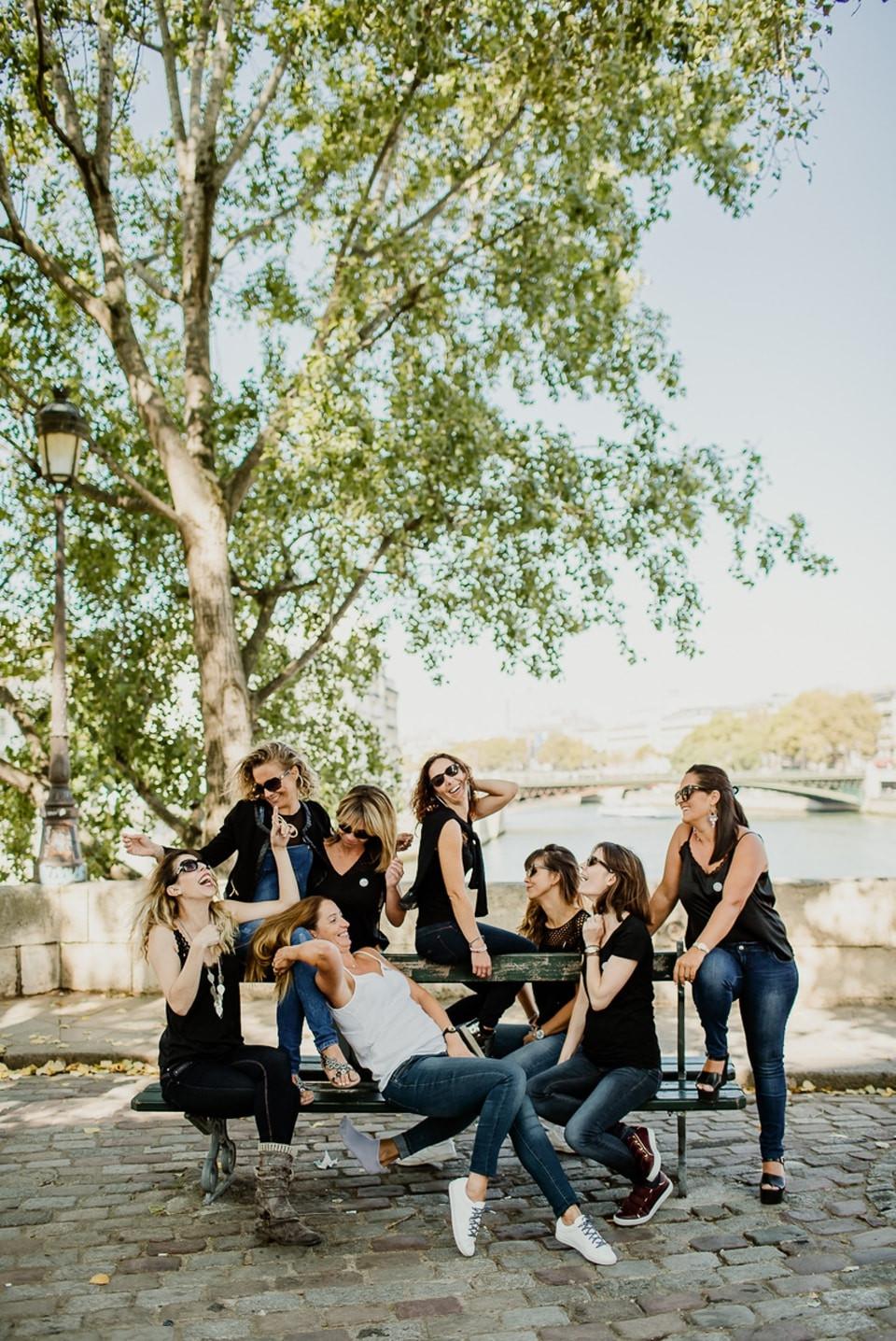 séance photo evjf paris île de la cité groupe sur un banc