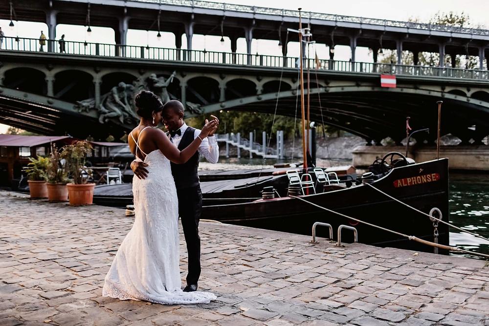 Photographe mariage Paris - les mariés dansent sur les quais de Seine