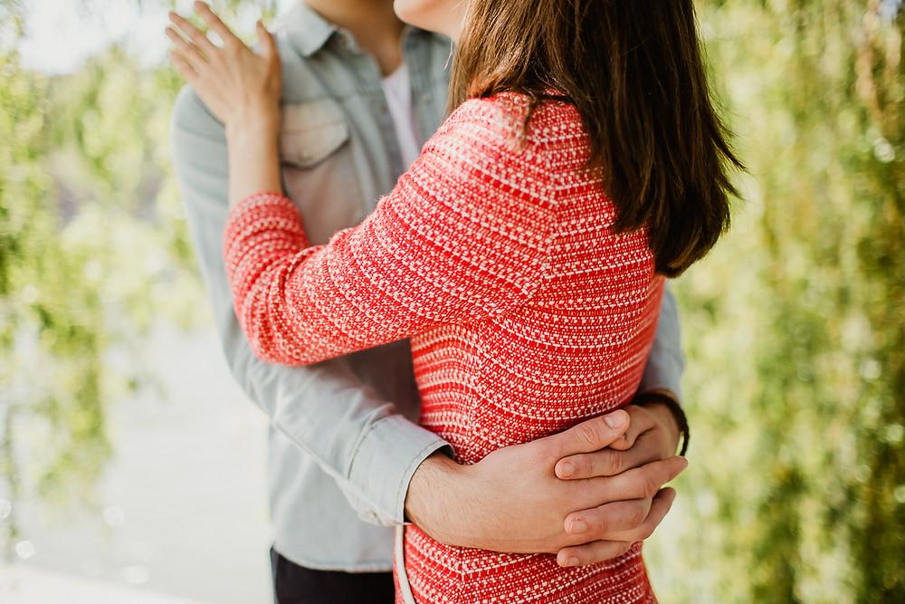 séance photo couple paris - dans les bras, gros plan mains