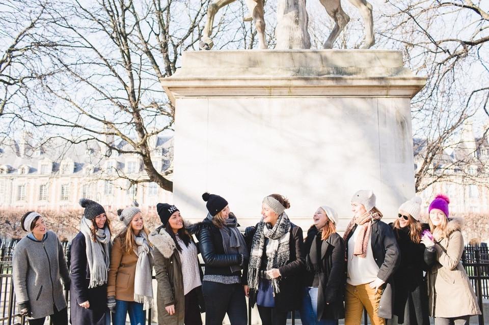 Séance photo EVJF Paris Place des Vosges en groupe