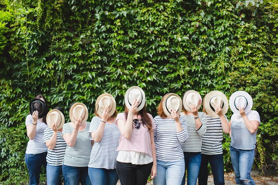 Séance photo EVJF à Montmartre Paris avec chapeaux