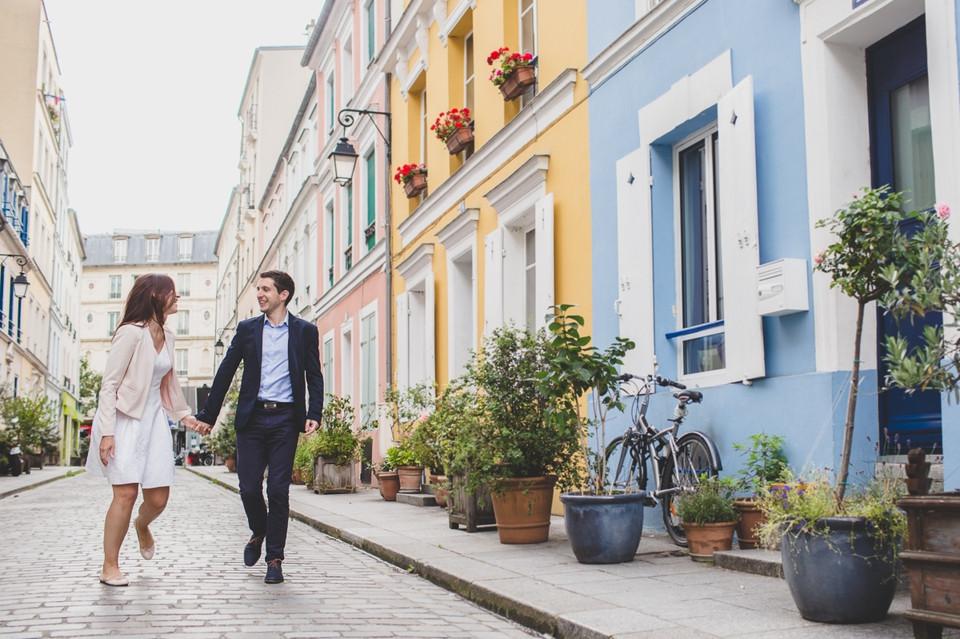 Photographe couple paris bastille marche dans les rues