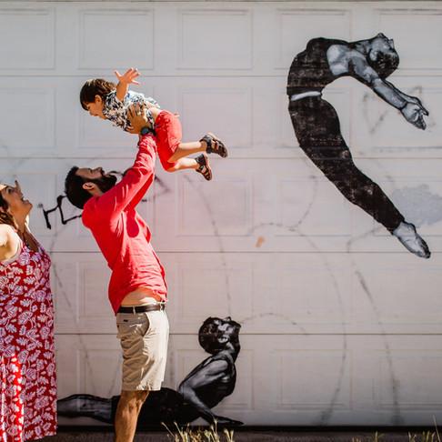 Une séance photo grossesse dans un décor street art du 94