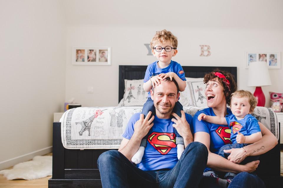 Séance photo en famille à domicile, dans la chambre des parents - Antony 92 - Carole J. Photographie