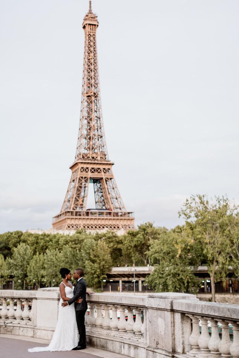 Photographe mariage Paris - portrait mariés devant la tour Eiffel