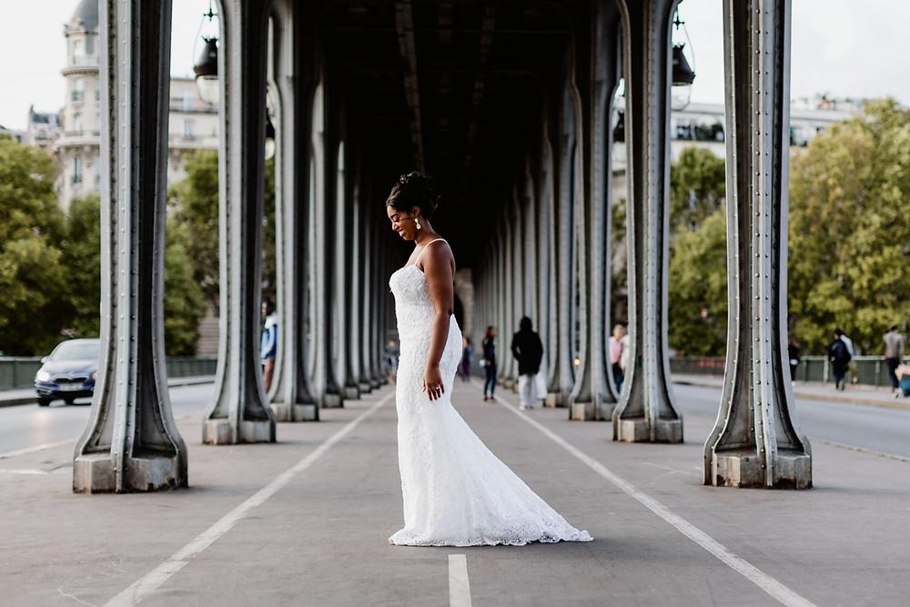 Photographe mariage Paris - portrait de la mariée sous le pont Bir Hakeim