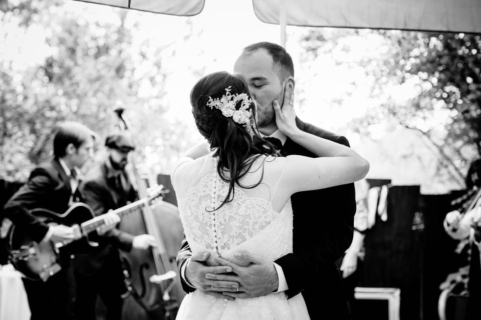photo mariage Villa 9 Trois Montreuil baiser des mariés