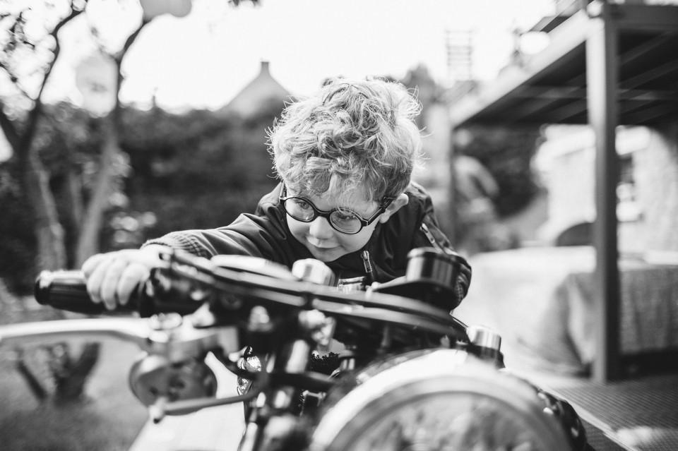 Séance photo en famille à domicile, dans le jardin sur une moto - Antony 92 - Carole J. Photographie