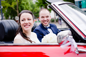 Photo mariage Montreuil mairie couple dans la voiture des mariés