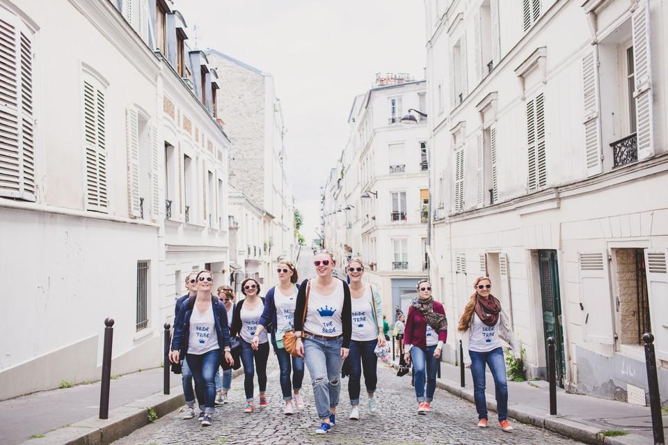 Séance photo EVJF Paris marche dans les rues de Montmarte